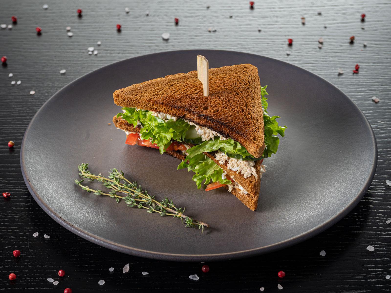 Сэндвич на тосте с тунцом и каперсами