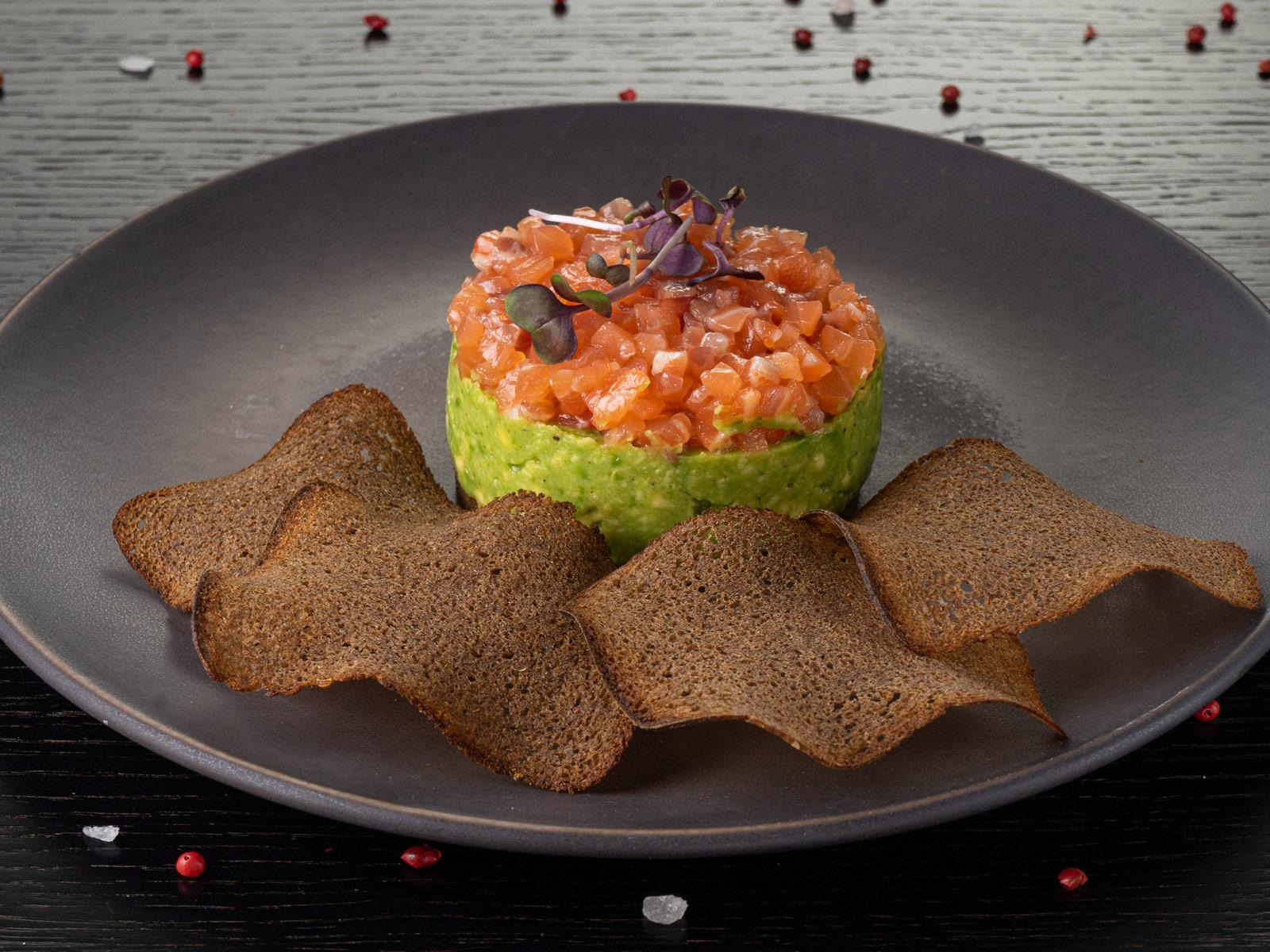 Мусс из авокадо с тартаром из свежезасоленного лосося