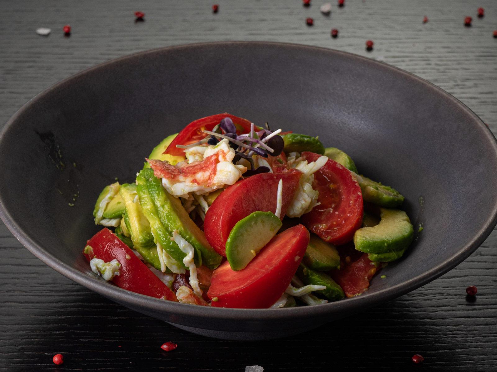 Салат из помидоров, авокадо и камчатского краба