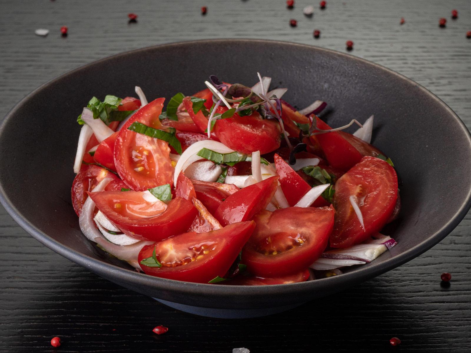 Салат из помидоров с красным сладким луком