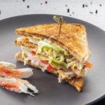 Сэндвич на тосте с камчатским крабом
